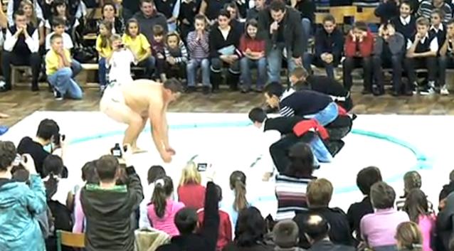 Walka 4 uczniów z zawodnikiem Sumo