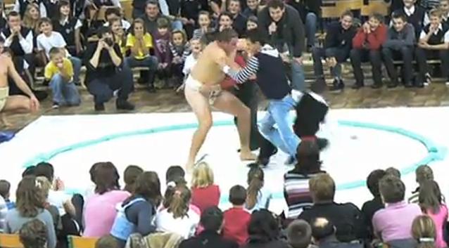 Walka 3 uczniów z zawodnikiem Sumo